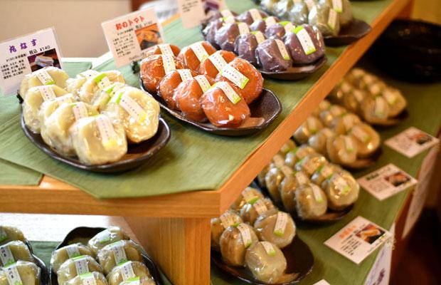 夏場は丸なすやニラなどの王道の夏野菜のほか、「和のトマト」や「丸ごとピーマン」など、ふきっ子おやきならではのものも。