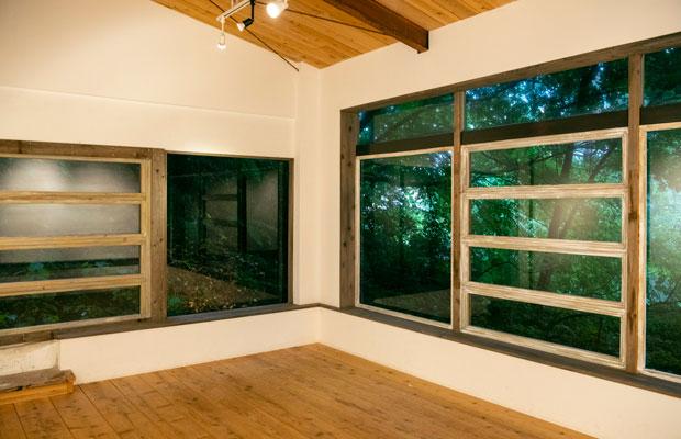 1階にも小さなギャラリーが。すぐそばには森が広がります。