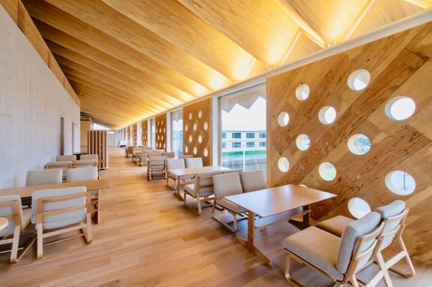 開放的な空間のレストラン