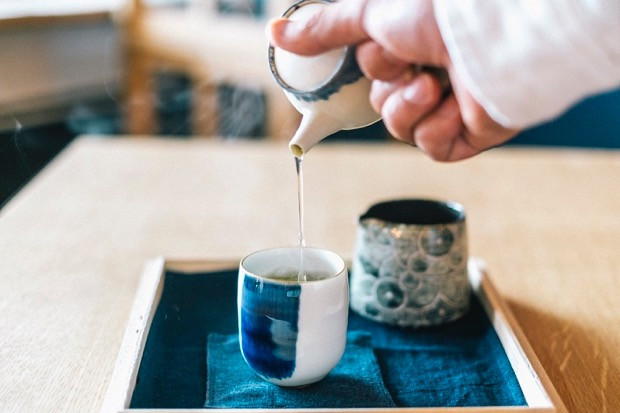 瀬戸内茶房〈おちや〉コーナーでお茶を入れる様子