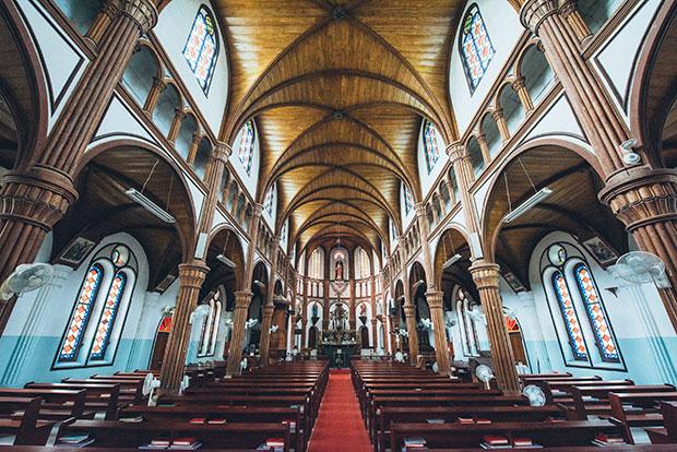 ロマネスク様式の黒島天主堂。1階のアーケード、その上に小さなアーチ列が並ぶトリフォリウム、そして高窓のクリアストリーからなる3層構造で造られています。階層を重ねるごとに建築難度が上がるため、レンガ造の教会の多くは単層構造ですが、黒島天主堂は大浦天主堂と同じく3層構造となっており、建築的価値も高いとされます。