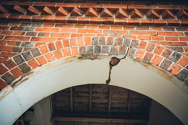 天主堂の北側は、ところどころヒビが。現在のままだと大変脆いため、耐震と保存のための工事が2018年11月から約2年間かけて行われます。補強部分は壁の中に隠し、外観も内部も見た目はほとんど変わらないのだそう。