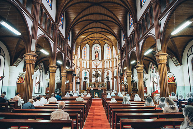 島の人々にとって、ごく当たり前のものとして日常に存在する、祈り。洗礼や結婚、葬儀といった人生の節目も、この天主堂と共に歩みます。