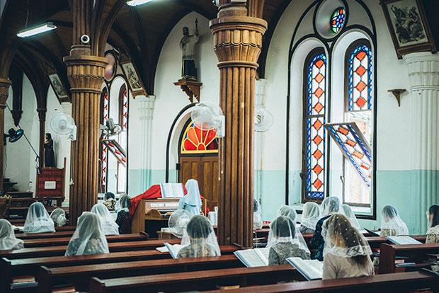 厳かな雰囲気の中、祈りの歌声が響き渡ります。