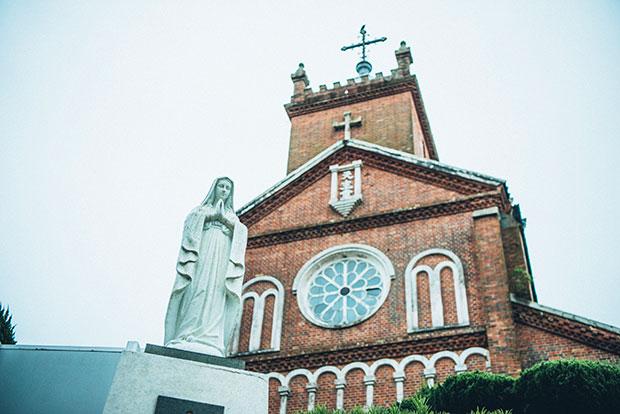 黒島港から約1.5キロ、島の中心近くにたたずむ黒島天主堂。