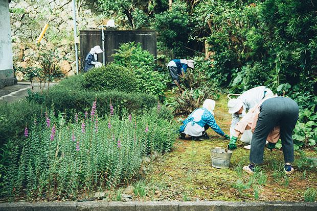 当番制で行われる草刈り。