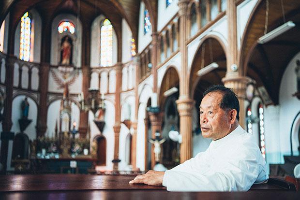 黒島天主堂の大山繁主任司祭。島の子どもたちに教義を広めることも大事な務めです。