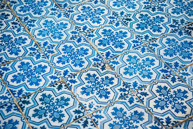 祭壇の床に敷かれているのは、1800枚以上の有田焼のタイル。マルマン神父が有田の窯元・松尾徳助に依頼し特注でつくったもので、徳助は磁器製のタイルを焼成するため、日本で初めて窯焼きに石炭を用いるなど、試行錯誤を重ねたとか。イチジクの葉で十字架を表した、染付の文様がなんとも美しい!