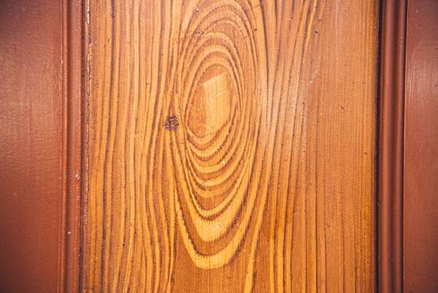 天井の構造は、別名「こうもり天井」とも呼ばれるリブ・ヴォールト天井。アーチの美しさもさることながら、驚くべきは、木目がすべて手描きによるものだということ! 上質な材木を手に入れられなかった代わりに、普通の板にニスを塗り、木目一本一本を描いて、高級感のある板に見せています。天井以外の扉なども、よく見ると手描きの木目がほどこされており、感嘆せずにはいられません。