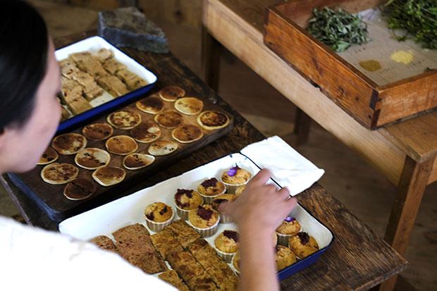 お菓子は、ビーツのバタークリームサンド、そばとビーツのおせんべい、ルバーブのガレッドとマフィン、セモリナ粉とクルマバソウのハロワ、じゃがいもとコリアンダーのパンケーキの全6種類。