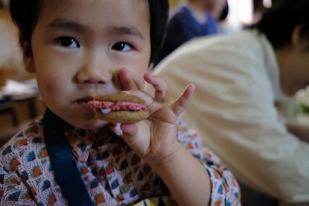 小さい子もおいしそうに塩川の菓子を食べる。
