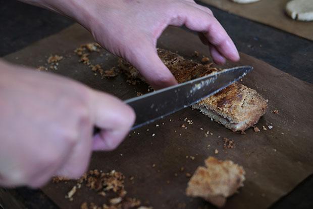 お菓子を切り分ける。