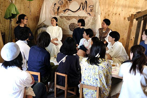壁側の左から、満寿喜さん、長田、塩川、水島、そしてテーブル席には参加者の皆さん。