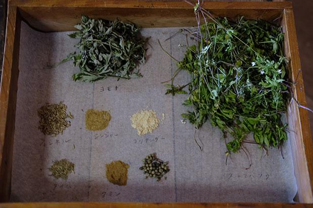 ヨモギ、クルマバソウ、フェンネル、ジンジャー、タイム、コリアンダー、クミンなど、お菓子に使った植物やスパイスの一部を会場で紹介。
