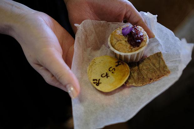 お菓子は、たたき染めした布に包んで今日の記憶としてお持ち帰りも。