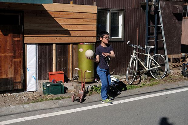 ふたつの店の軒先では、満寿喜さんの息子と娘のゆうらくんととわちゃん、近所の子どもたちが元気に動き回っている。