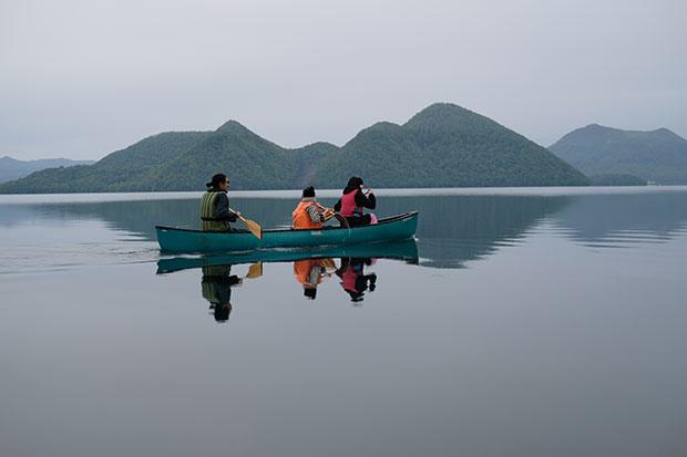 満寿喜さんのガイドで、早朝から洞爺湖でカヌー体験も。