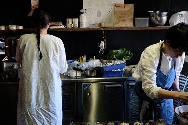 ラムヤートの台所を借りて、お菓子の試作をする長田(左)。