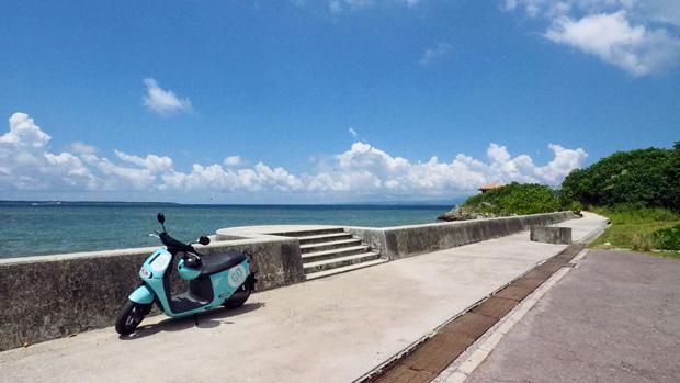 石垣島の景色にピッタリな、爽やかな色の電動バイク〈gogoro〉。今回50CC相当のスクーターを使ったが、同じ大きさでふたり乗り用(125CC相当)もある。