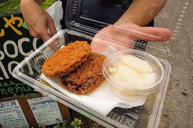地元の人にも人気の紅芋コロッケとピクルス。普段からテイクアウトもしているそう。