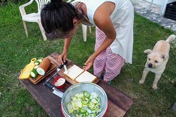 テキパキと調理し始めてくれる多香美さん。ゴーヤと赤ウリをスライスし、冷蔵庫にあったレタスと一緒に氷水にさらしたあと、豆乳で作った自家製のマヨネーズをパンに塗る。本格的だ!