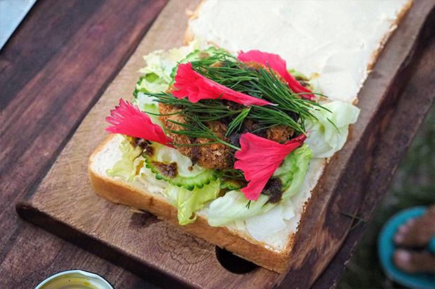 先ほど一緒に摘んだハママーチ(パセリみたいな味)と、食べられる原種のハイビスカス(味はしないけど彩りに)をこれまた摘んで乗せてくれた。すてきだ〜!
