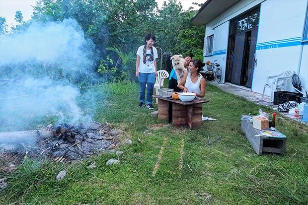 調理の際にでた生ゴミは焚き火にくべた。この灰も畑で使えるそうだ。勉強になるなあ。