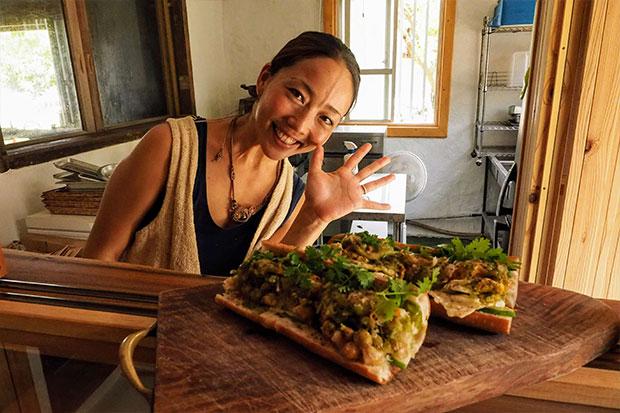 店主のすみれさんと、地元で大人気のバインミー(ベトナム風サンドイッチ)。おおお、おいしそう!