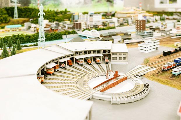 """〈津山まなびの鉄道館〉にあるジオラマ。鉄道のことを見て、触って、楽しく学べることができる津山の新たな観光施設。国内で現存する扇形機関車庫の中で2番目の規模を誇る旧津山扇形機関車庫と、実際の展示車両をリアルに再現。また""""10万人のまちに10万人の花見客が訪れる""""桜の名所・津山城(鶴山公園)をはじめ、まちなみの再現度も高く、地元愛がしっかり伝わってくる力作です。"""