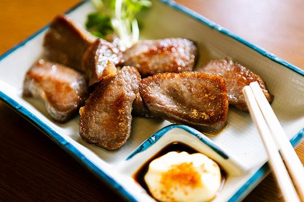 """ホシニク(干し肉)は牛のモモ肉などを干したもの。半生なので鉄板で炙ってからいただきます。山間部の津山ならではの保存食。「この店の干し肉は一夜干しで、""""かっぱ""""と呼ばれる希少な肉を使っているから、まるでステーキのようなやわらかな食感。やはりいいモノですね。マヨネーズと醤油、一味で食べるのが定番。干し加減で食感と風味が全然違います」(鈴木さん)900円。"""