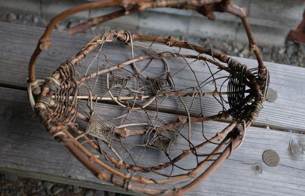長谷川さんの作品。ブドウを剪定した枝を骨格にして、そこにツルをランダムにはわせている。「乱れ編み」という手法。