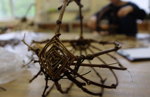 枝を留める部分は、ゴッズアイ(God's Eye)というネイティブアメリカンのお守りなどにつかわれる編み方を取り入れた。