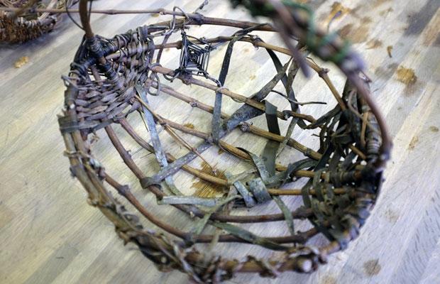 ワークショップ参加者の作品。山ぶどうやクルミの皮を細く裂いたものを編み込んだ。