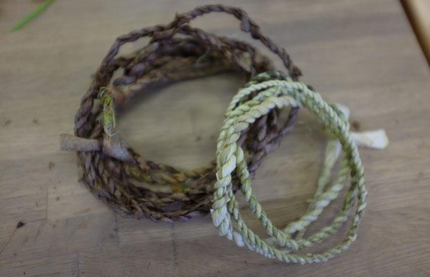右はトウモロコシの皮、左はコクワの皮をむいてつくった縄。色や質感はさまざま。