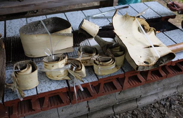 樹皮をはいだら、内側を表にして筒状にまき煮沸。これを2週間ほど乾かすと素材として使えるそう。