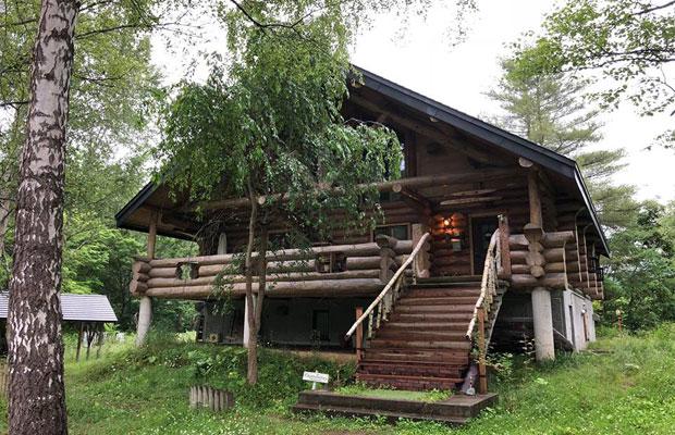 岩見沢の山あい、美流渡(みると)にある「森の山荘」で〈うさと〉の展示会が行われた。パン工房〈ミルトコッペ〉の女将でリンパドレナージュセラピストでもある中川文江さんのサロンや、花屋の〈Kangaroo Factory〉がある。(写真提供:吉岡敏朗)