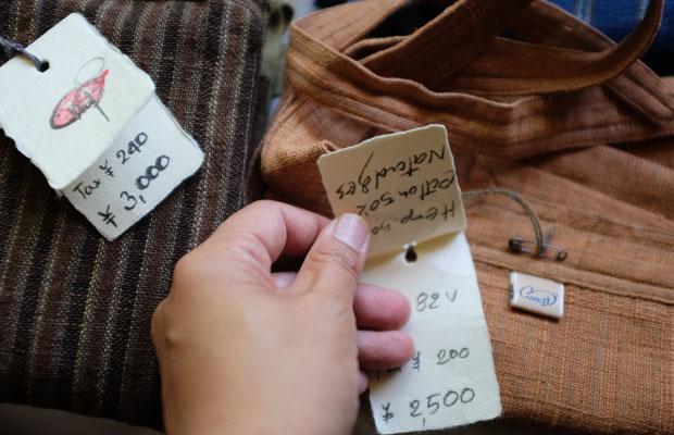 うさとのタグはひとつひとつ手書き。およその価格はトップスが8000~20000円、ボトムスが10000~20000円ほど。