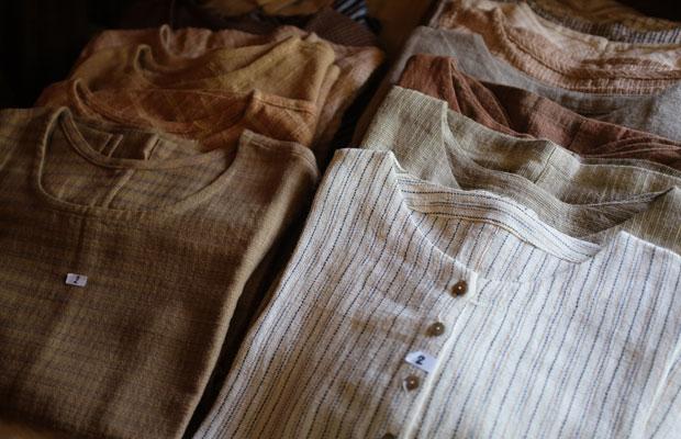 うさとの服。会場には320点が並べられた。布や服の形などひとつとして同じものはない。