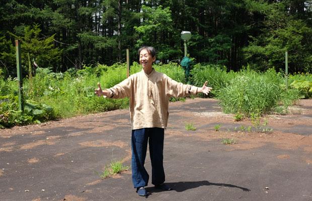 山荘は森に囲まれている。自然のエネルギーを感じながら太極拳のレッスンが行われた。