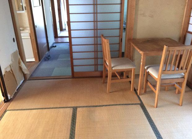島津ノイエのビフォー。この部屋をフローリングにしていきます。