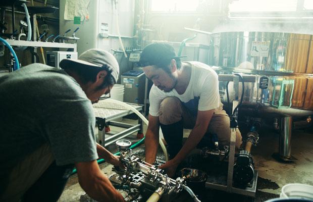 ビールを貯蔵タンクに移すためのポンプを設置している様子。ヨロッコビールでは、機材も自分たちでつくっているものが多いという。