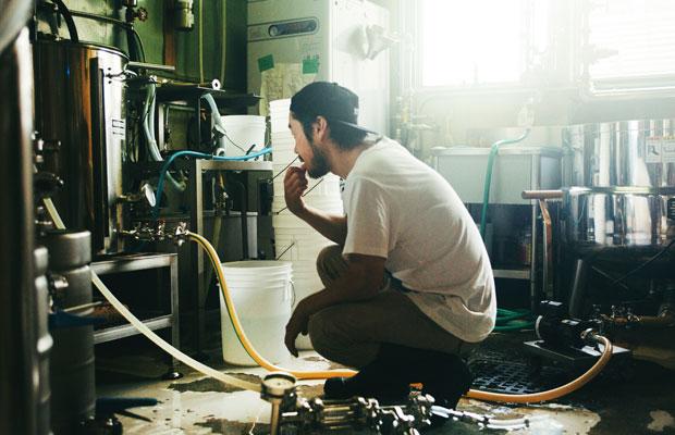 タンク内の温度を確認する。ビールづくりでは、温度管理に細心の注意を払う必要がある。