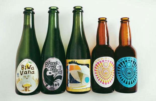 ヨロッコビールでは、IPA、ペールエール、セゾン、ポーターなど季節に応じてさまざまなビールがつくられている。ラベルのデザインは地元アーティストによるものが多い。