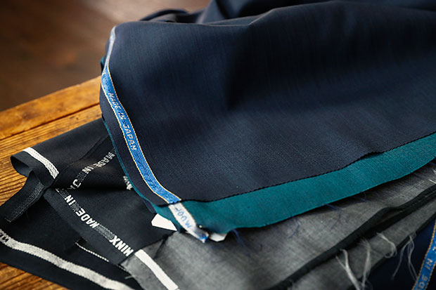 〈葛利毛織工業〉の生地〈DOMINX〉は、〈ファクトリエ〉のスーツになる。
