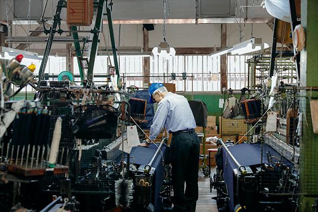 〈葛利毛織工業〉の工場では、古いションへル織機が稼働している。