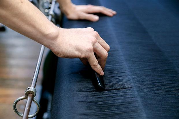 自動織機とはいえ、ていねいな手作業を加えることで品質を高める。