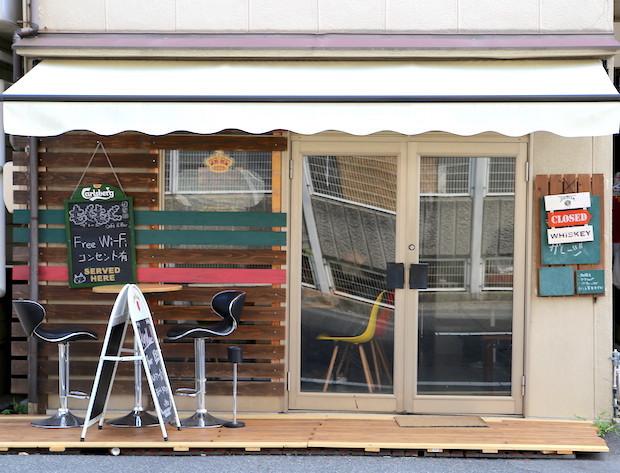 もくもくガレージ岡山市の長居歓迎カフェが黙々と仕事に打ちこむ人を