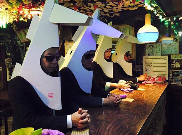 バーのカウンターに並ぶウマジンをかぶった人たち