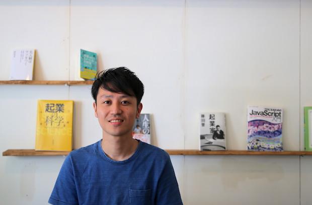 壁掛けの本棚には藤田さんセレクトの本が並ぶ。