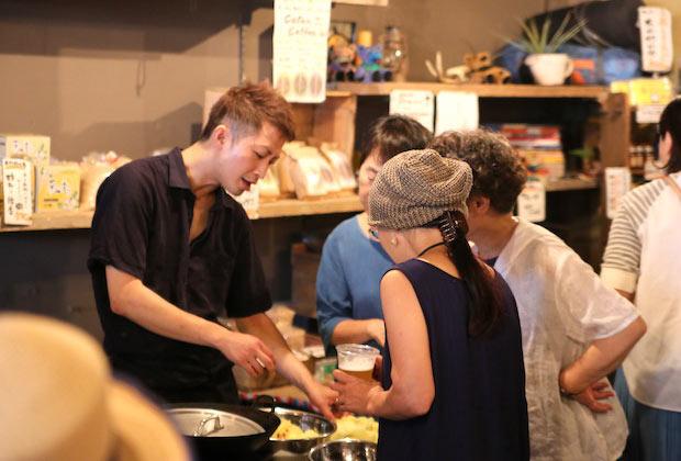 〈ギブミーベジタブル〉は料理人に気軽に質問できる楽しい雰囲気。
